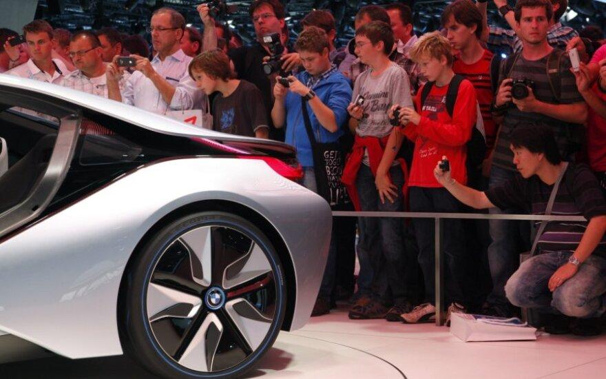 Frankfurto automobilių parodos lankytojai