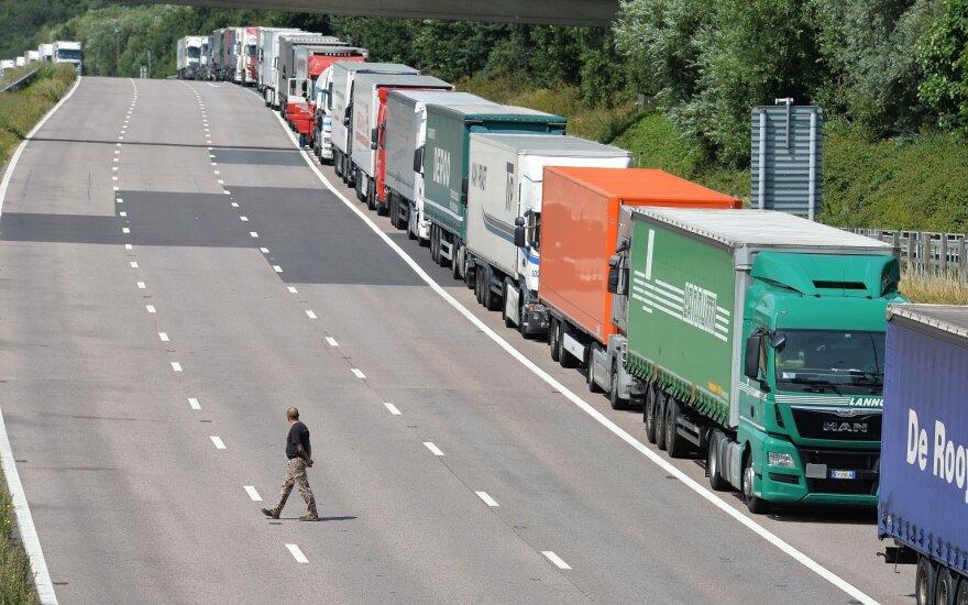 JK apėmę sunkumai – tuštėjančios lentynos, eilės degalinėse: valdžia švelnina taisykles