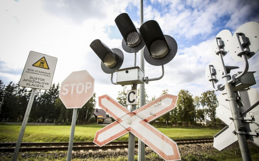 """Tai, apie ko nežino bandantys """"spėti"""" per bėgius – traukinio stabdymo kelias gali siekti net kilometrą"""