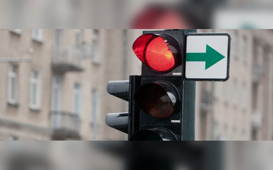 """KET pakeitimai: nesustojus prie """"žalios rodyklės"""" galima netekti teisių"""