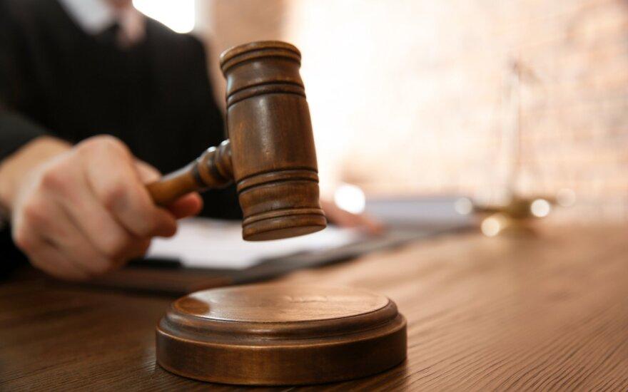 Vilniuje įtariamųjų pinigus pasisavinusiai policijos pareigūnei teismas skyrė 12500 eurų baudą