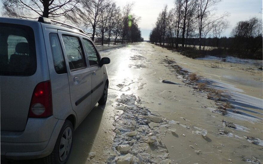 Ledu padengtas kelias Sausgalvių link trupa po ratais