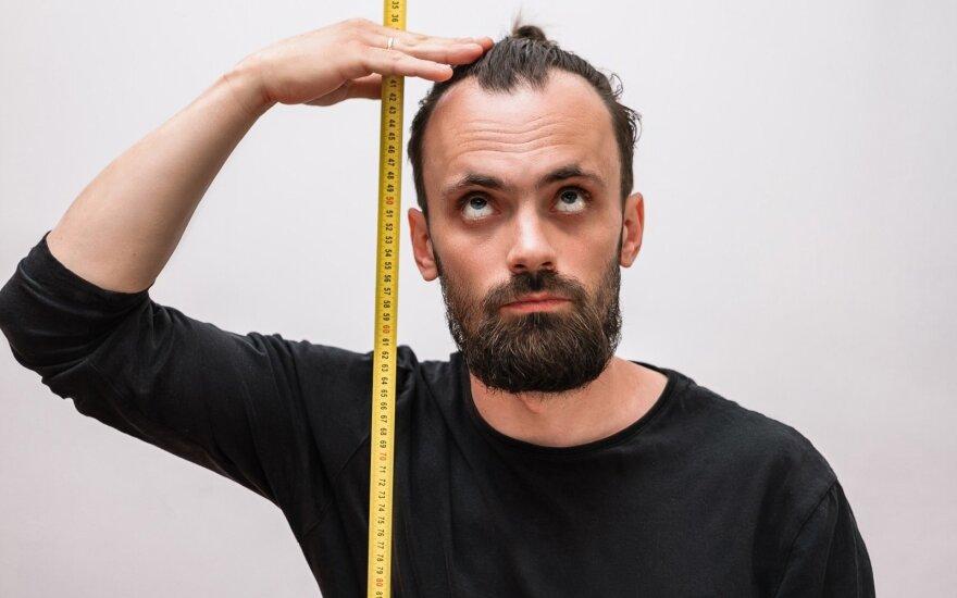 Vyras matuoja ūgį