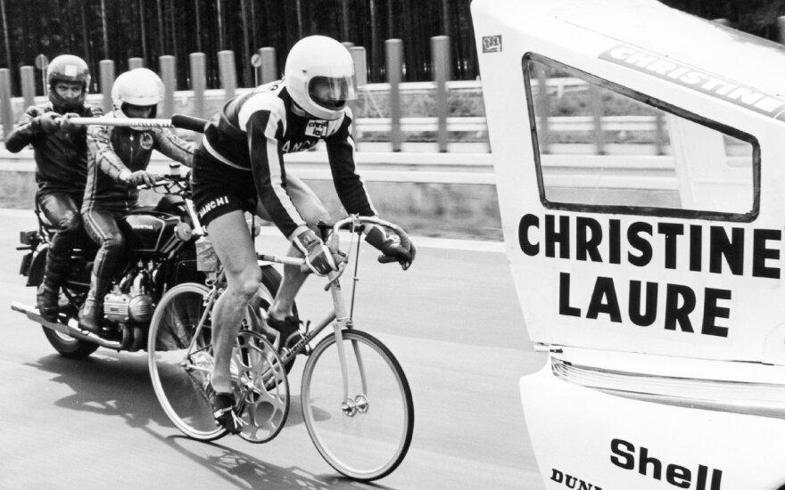 """Istoriniai nepavykusio rekordo kadrai: dviračiu įsibėgėti iki """"Porsche"""" greičio"""