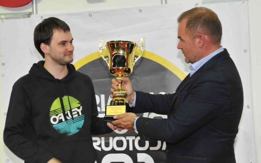 V. Valiukevičius įteikia nugalėtojo taurę D. Daniui