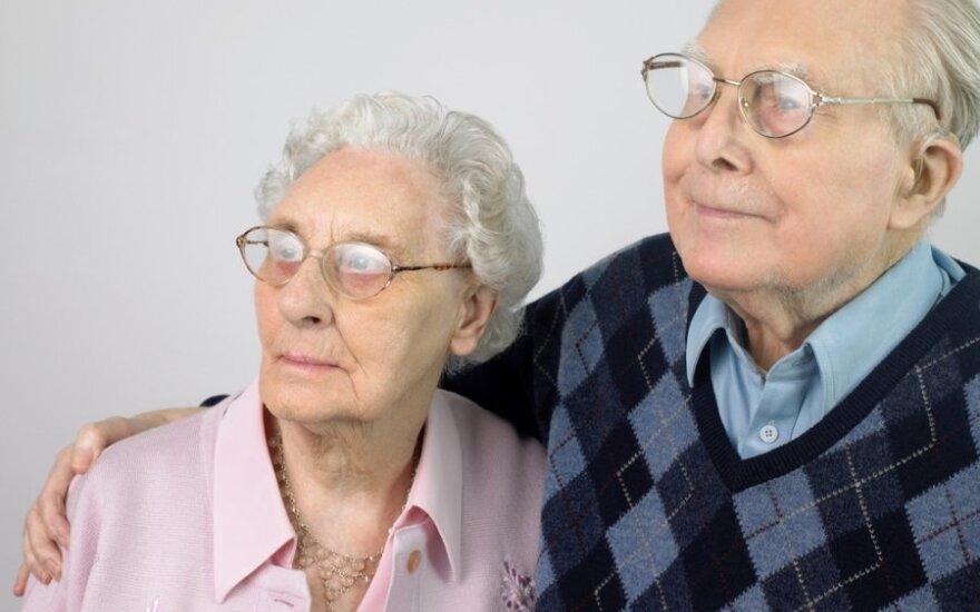 Senukų pora su akiniais