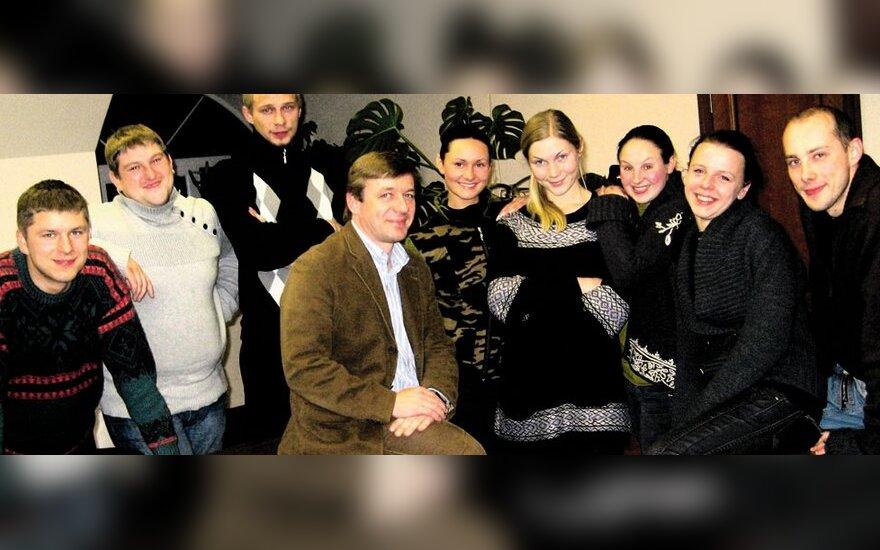 Ramūnas Karbauskis su būsimojo Naisių vasaros teatro aktoriais, A.Sireikienės nuotr.