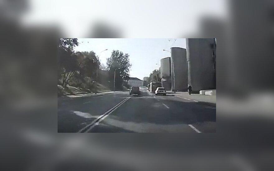 Įžūlus vairuotojas iš Rusijos Vilniuje apdaužė STT mašiną ir pabėgo, bet buvo sučiuptas