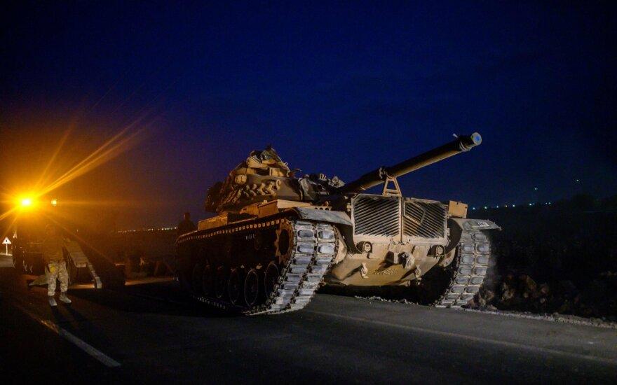 Turkų tankas prie sienos su Sirija