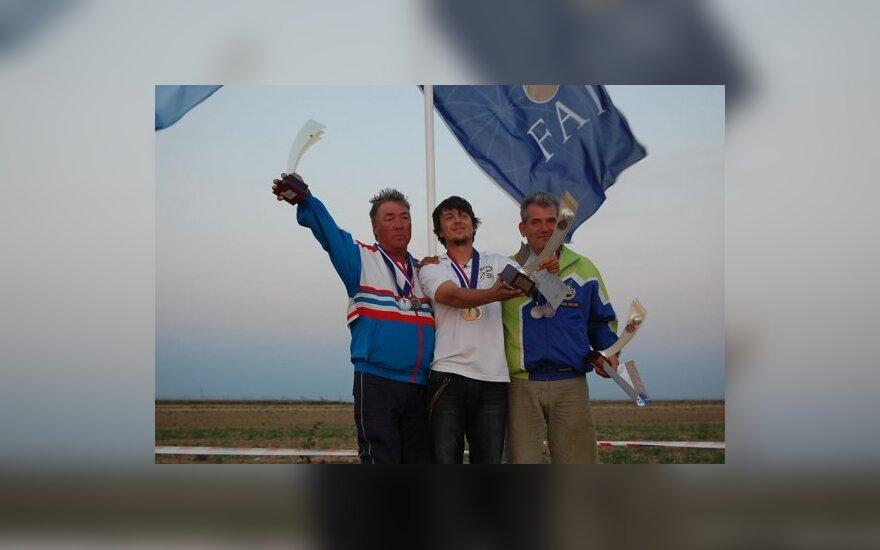 Šalia Gintaro Jucevičiaus (viduryje) – vicečempionas rusas Vladimiras Menšikovas (kairėje) ir trečiu likęs slovakas Miha Kozjekas