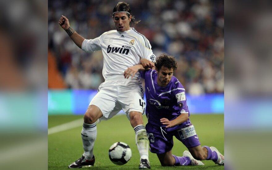 """Sergio Ramosas (""""Real"""") kovoja su Marquitosu (""""Valladolid"""")"""