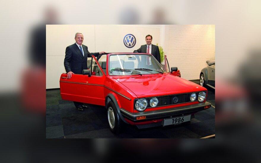 """Martinas Winterkornas (kairėje) prie """"Volkswagen Golf Cabrio"""""""