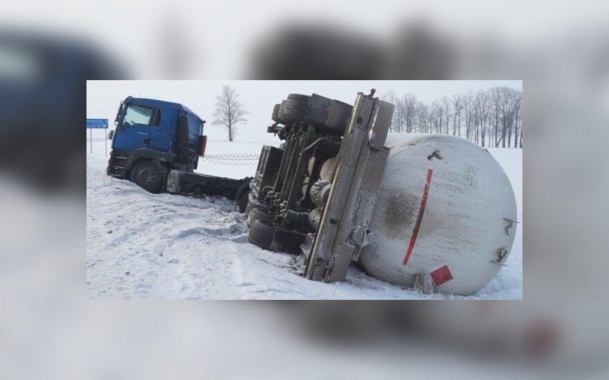 """Dar viena avarija kelyje """"Via Baltica"""" - apsivertė lenkų dujovežis"""