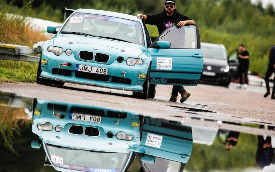 """Lietaus nuplautoje Kačerginėje """"Ring Challenge"""" dalyviai taškė ne tik balas, bet ir automobilius"""