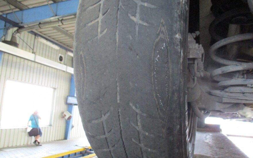 Suplėšyta ir sudilusi padanga ant į TA atvykusio automobilio