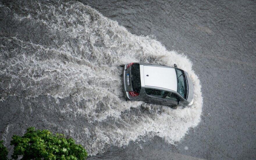Aktualu visiems vairuotojams: kaip važiuoti per apsemtas gatves