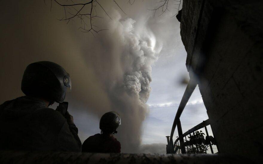Filipinuose ugnikalniui išspjovus pelenų debesį evakuojama tūkstančiai žmonių