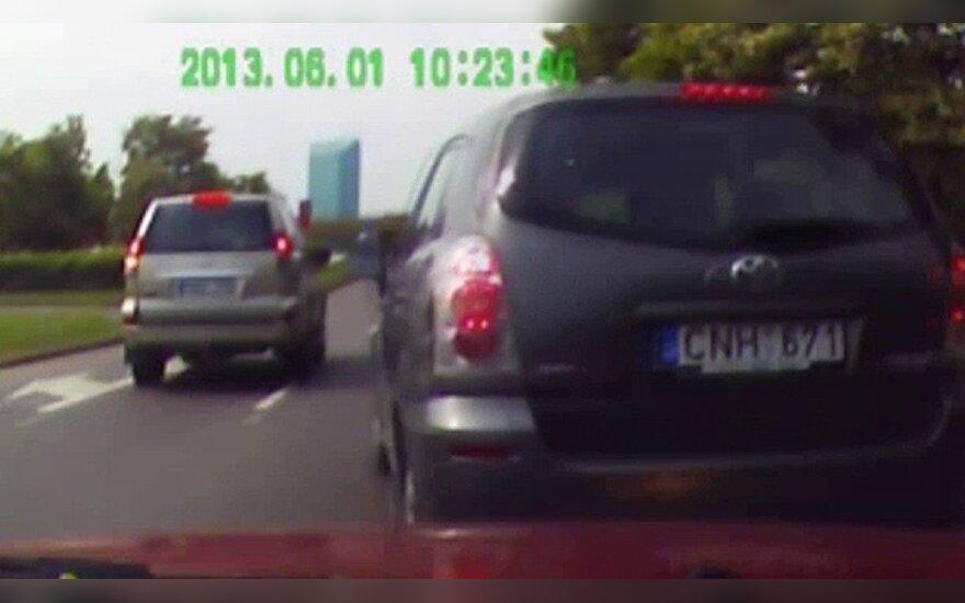 """Vilniuje vaizdo registratorius užfiksavo įžūlaus """"kelių erelio"""" vairavimo ypatumus"""