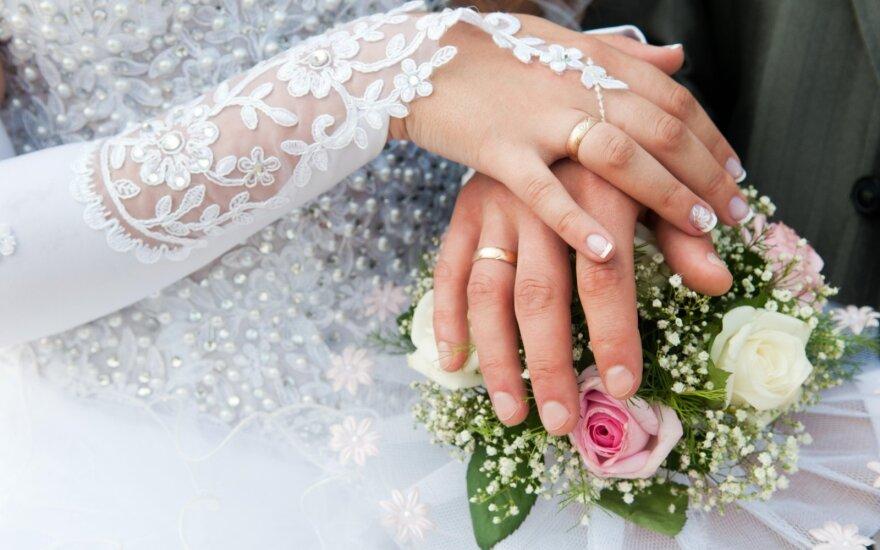 """<span style=""""color: #0000ff;"""">Klausk teisininko:</span> ar po vestuvių galiu pasirinkti vyrišką pavardę?"""