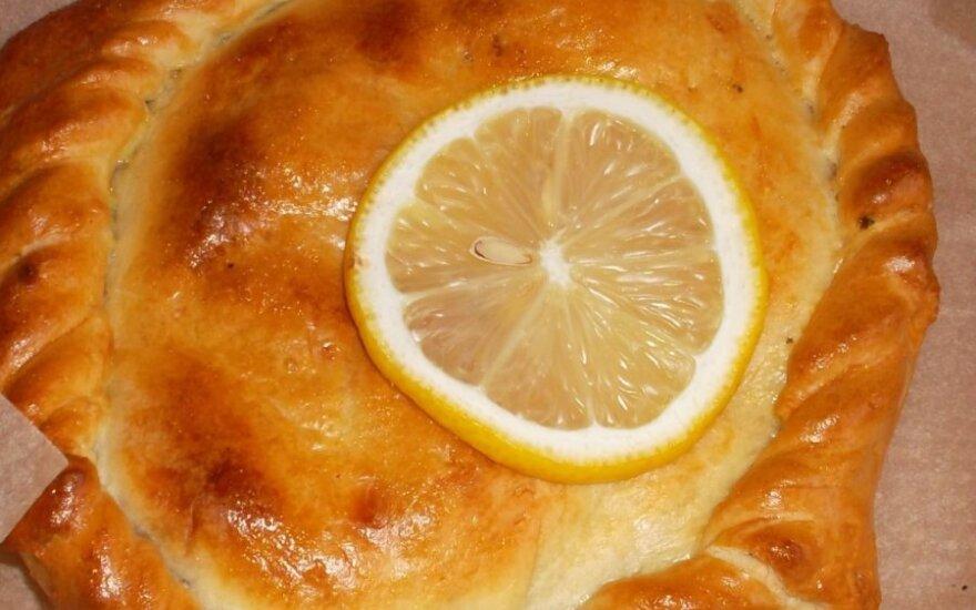 Kietojo sūrio pyragas su svogūnų laiškais