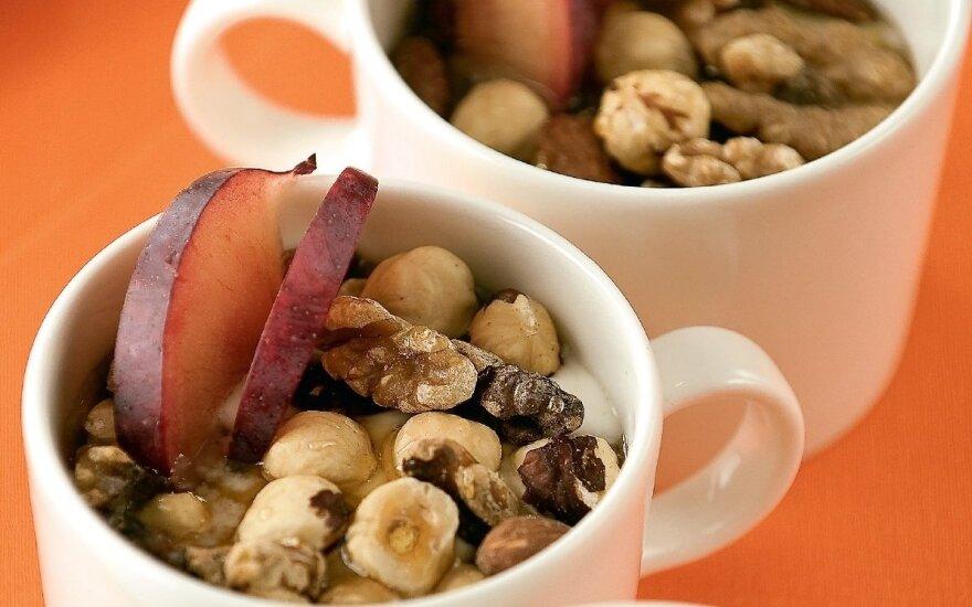 Medaus skonio riešutų ir jogurto desertas