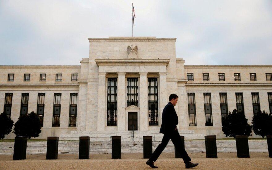 Rinkoms laukiant FED posėdžio, JAV doleris stabilus, jenos kursas auga