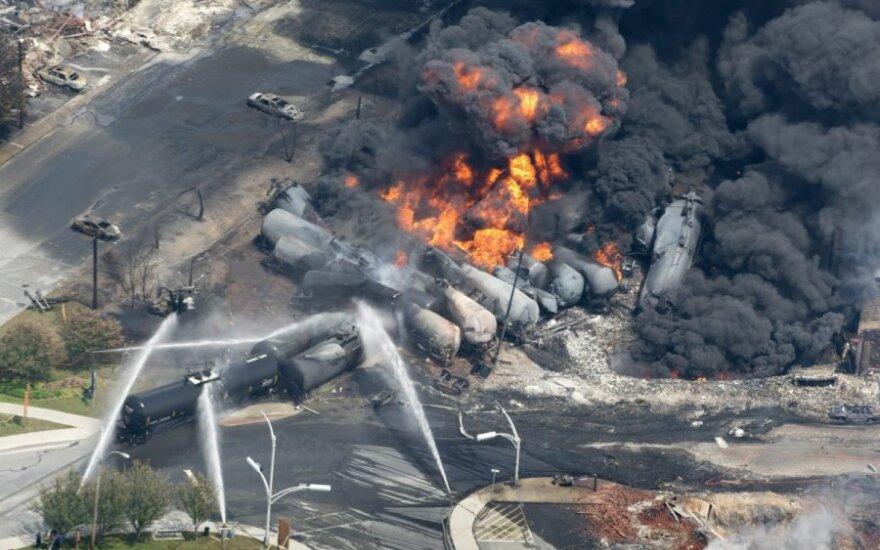 Kanadoje sprogo nuo bėgių nulėkęs traukinys