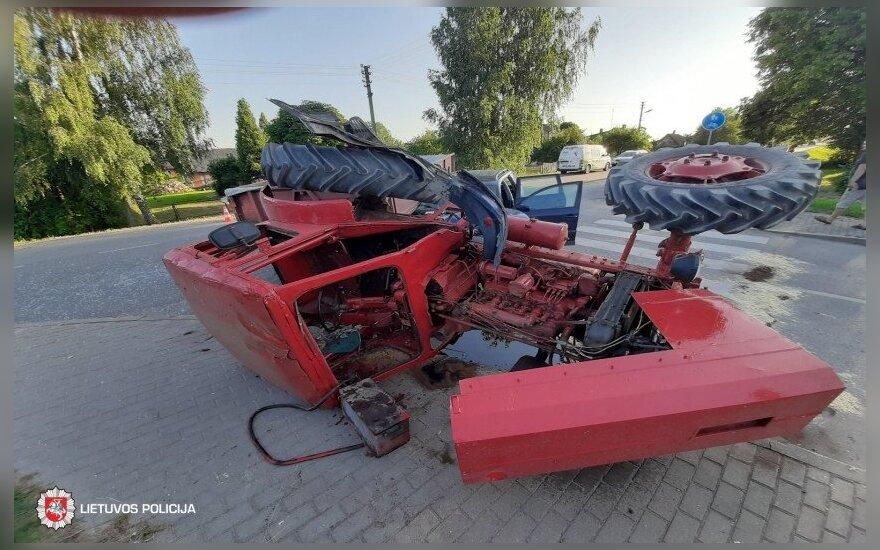 Per avariją apvirto traktorius, nukentėjo du žmonės
