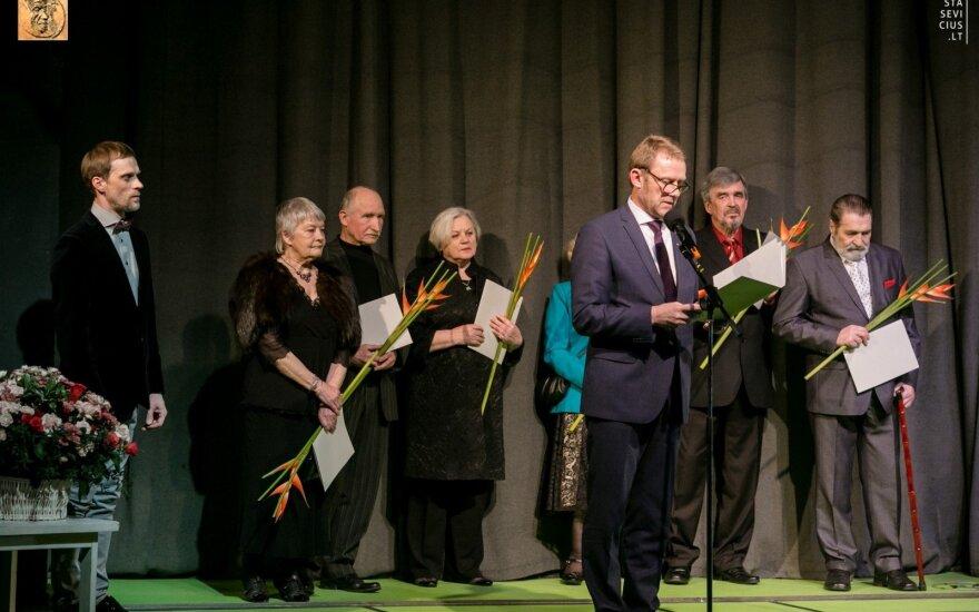 Scenoje iš kairės Andrius Povilauskas, Dalia Melėnaitė, Enrikas Kačinskas, Gražina Urbonavičiutė, Šarūnas Birutis, Rudolfas Jansonas, Algirdas Paulavičius