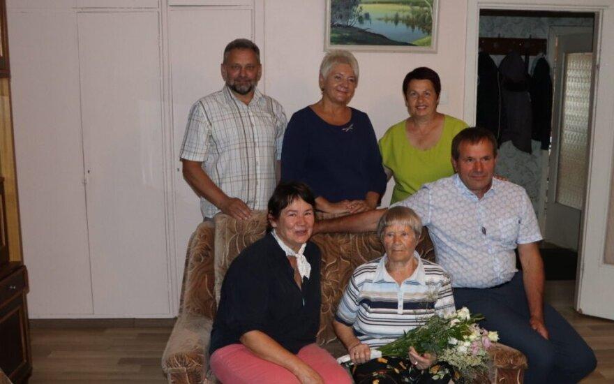 M. Tumosienę sveikino Savivaldybės bei seniūnijos atstovai, taip pat dukra Vida ir sūnus Justinas.
