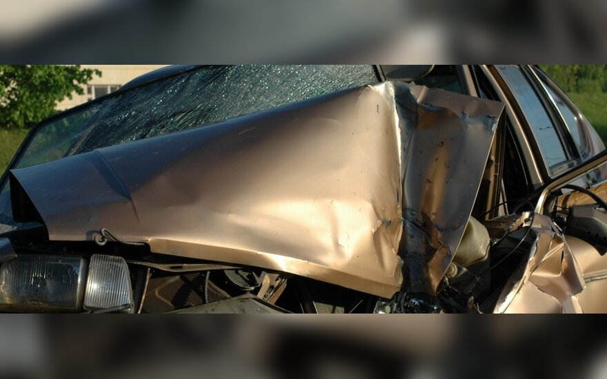 """""""VW Passat"""" susidūrė su troleibusu – moterį iš mašinos ištraukė ugniagesiai"""