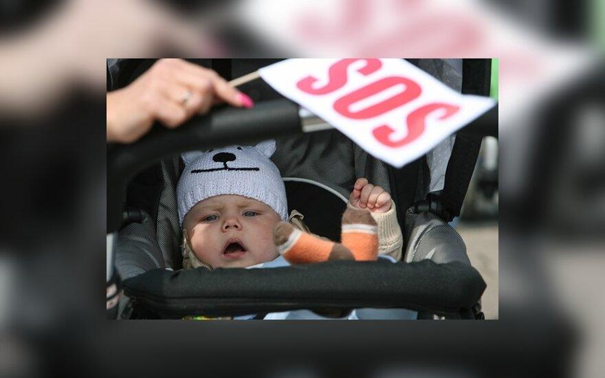 Motinystės išmokų mažinimas gali prieštarauti Konstitucijai