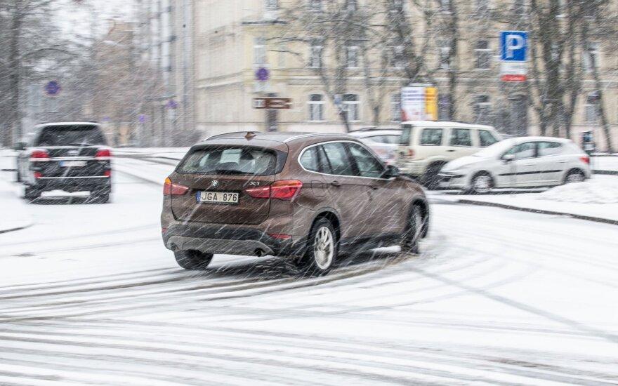 Draudikai perspėjo: kovo mėnesį vairuotojams keliuose svarbiausias turi būti vienas dalykas