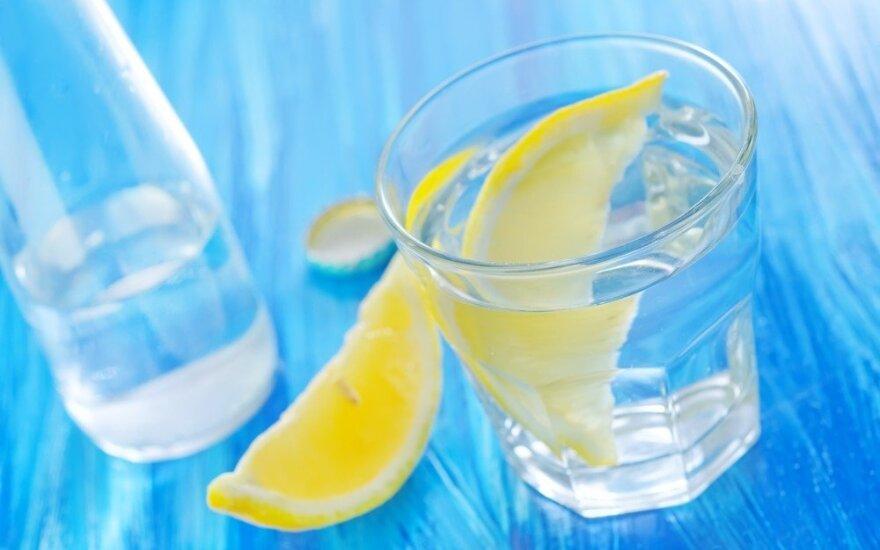 Kiek būtina išgerti vandens: jo trūkstant gresia ne tik nuovargis