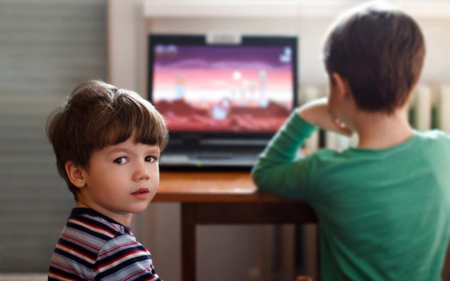 Paprasti būdai, kaip vaikus įpratinti trumpiau leisti laiką prie ekranų