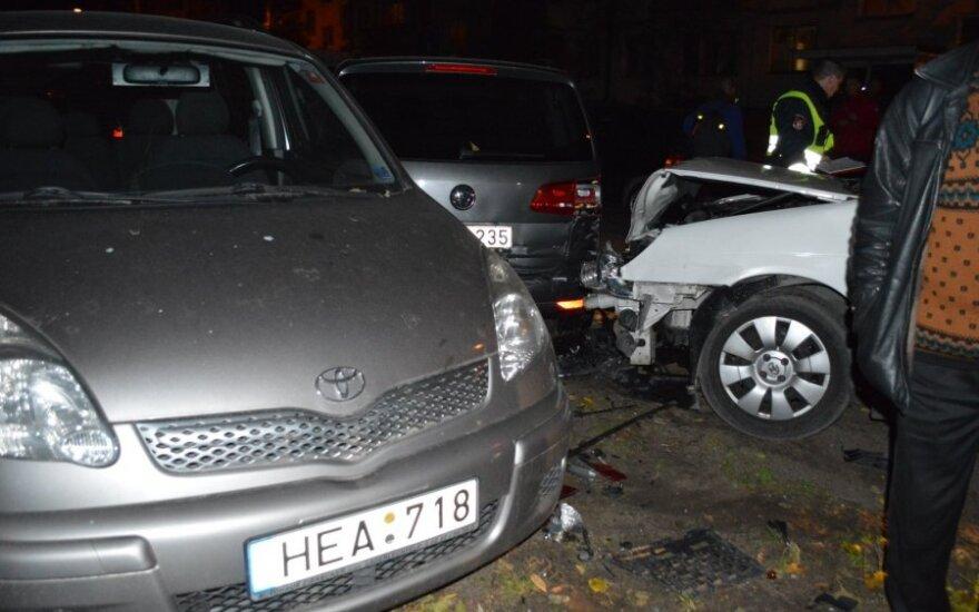 Nufilmuotos gaudynes Vilniuje: pavogęs automobilį nuo policijos spruko daužydamas mašinas