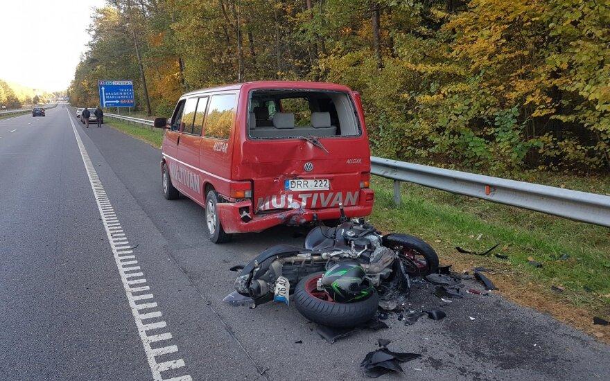 Baikerių sezono uždarymo avarija Vilniuje: sužalotas motociklininkas, apdaužyti motociklai ir mikroautobusas