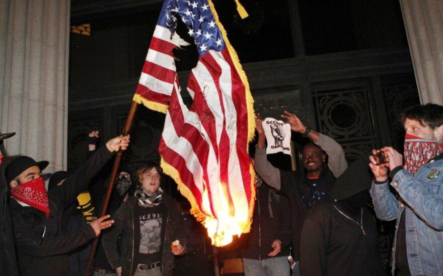 Rusai vis labiau nemėgsta JAV, palankiau vertina Lietuvą