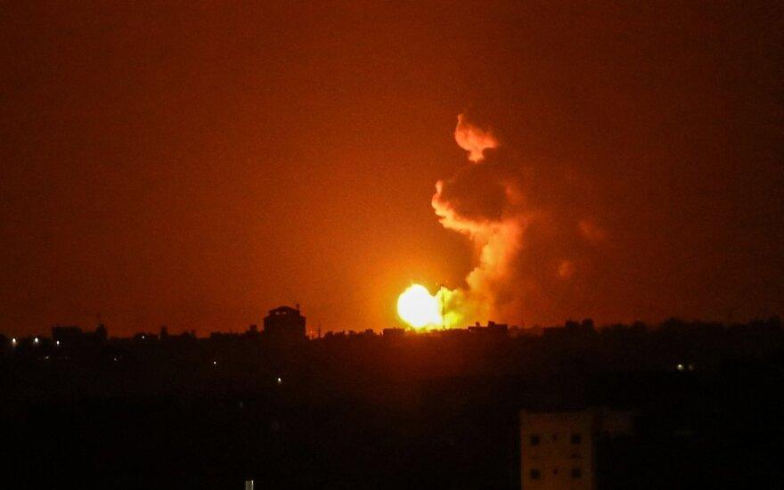 """Izraelio aviacija smogė """"Hamas"""" taikiniams Gazos Ruože, atsakydama į raketų paleidimus"""