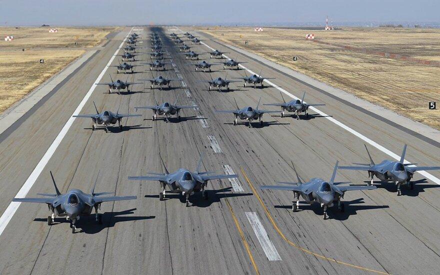 Latvijoje pirmąkart nusileido JAV naikintuvų F-35