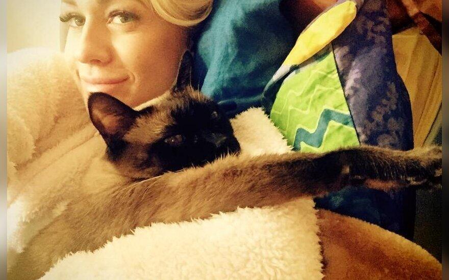 Oksana Pikul su savo katinu Povilu