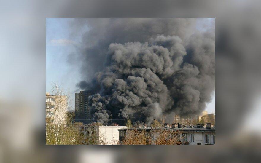 Vilniaus dangų nudažė juodi gaisro dūmai