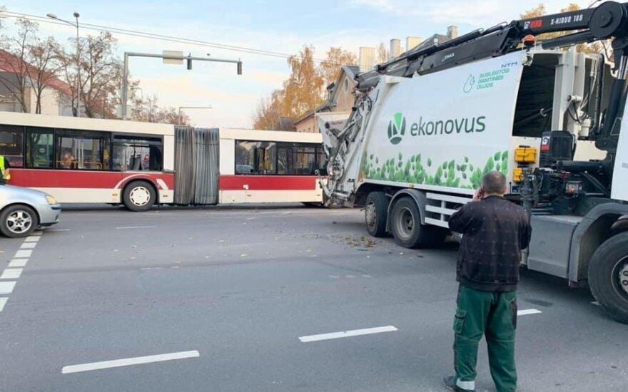 Vilniuje susidūrė autobusas ir šiukšliavežė, Kalvarijų g. didžiulės spūstys