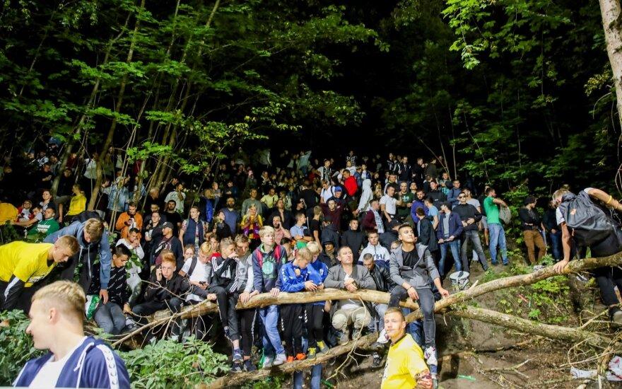 Žiūrovai Lietuvos ir Portugalijos futbolo rinktinių rungtynes stebėjo net iš medžių
