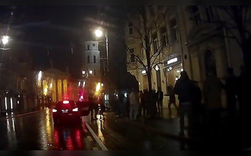 Nufilmavo paryčiais Gedimino pr. vykusias muštynes: susipliekė lietuviai su užsieniečiais?