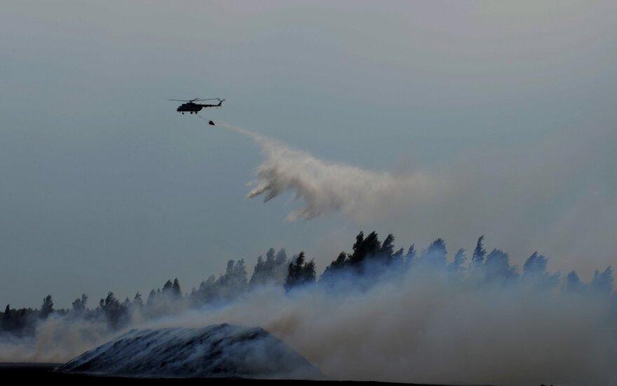 Lietuvos kariuomenės sraigtasparnis tęsia gesinimo darbus Latvijoje