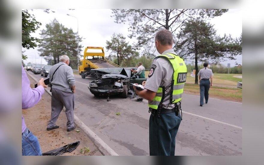 Prie Žaliųjų ežerų per avariją iš automobilių liko metalo laužo krūva