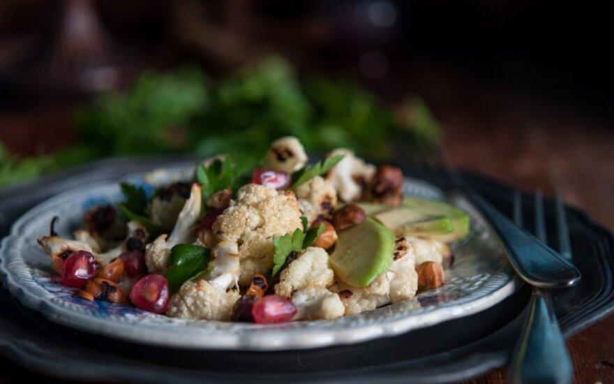 Žiedinių kopūstų, lazdynų riešutų ir avokadų salotos su cinamoniniu užpilu