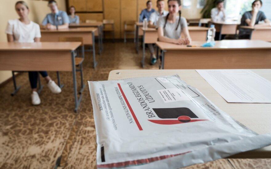 Abiturientų pareiškimai po egzamino skambėjo skandalingai: ekspertai tvirtina, kad kelti kartelę reikia jau dabar