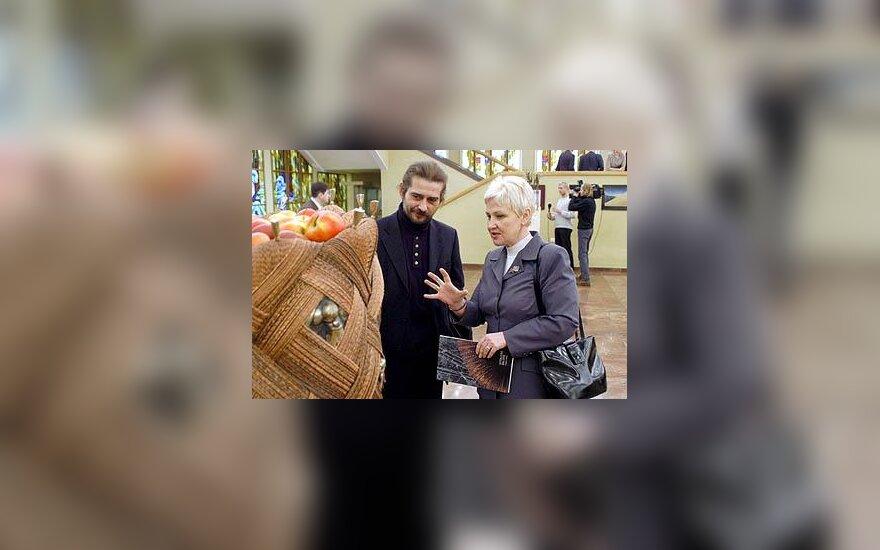Seimo narė Irena Degutienė ir skulptorius Vytautas Balsys parodoje Seime
